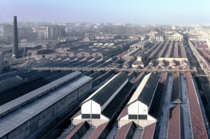 Lo stabilimento Michelin visto dagli ultimi piani del magazzino collocato dietro la manica di via Livorno. Fotografia di Filippo Gallino per la Città di Torino, febbraio 1998.