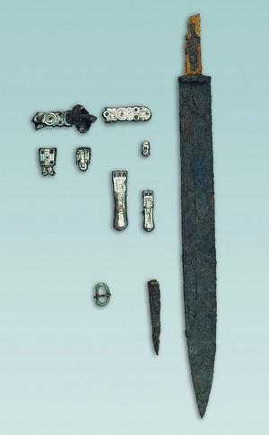 Corredo della tomba maschile 17 con scramasax , coltellino e guarnizioni di cintura ageminate e firmate da un ignoto magister, 660-690 circa. © Soprintendenza per i Beni Archeologici del Piemonte e del Museo Antichità Egizie.