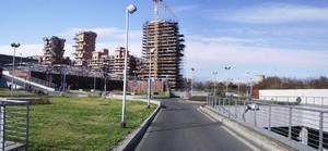 L'accesso ai parcheggi del Parco Commerciale Dora da via Livorno; sullo sfondo gli edifici residenziali, ancora in fase di realizzazione. Fotografia del Comitato Parco Dora, 2007.