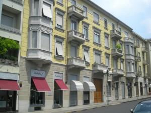 Edificio a uso abitazione e negozi in via Villa della Regina 3