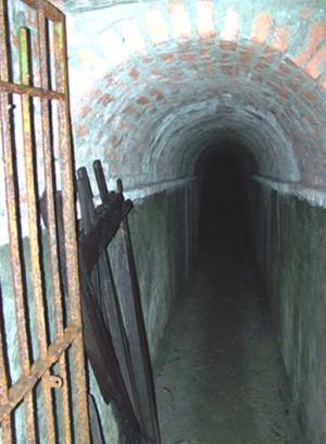 Il collegamento fra le gallerie della mezzaluna del Soccorso e quelle del bastione S. Maurizio è stato realizzato nel 1965 a cura della RAI. Fotografia di Fabrizio Zannoni, 2010