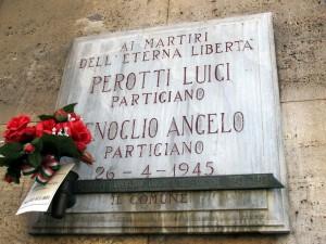 Lapide dedicata ad Angelo Fenoglio e Luigi Perotti, in via Arona 35. Fotografia di Sergio D'Orsi, 2013