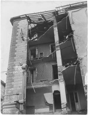 """Corso Francia (già Gabriele D'Annunzio) 30 ang. Via Pietro Bagetti, """"Foto n. 29 = […] 1 bomba di 500 lbs […] torpedine è penetrata obliquamente al piano. Effetti prodotti dai bombardamenti dell'incursione aerea dell' 8-9 dicembre 1942. UPA 1986_9B04-09. © Archivio Storico della Città di Torino"""