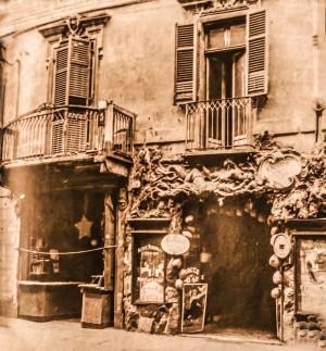 Caffè Grottabar in via Roma vecchia  36, a fianco (sulla sinistra) il negozio-laboratorio Bonini (civico 34).  Fotografia di Mario Gabinio, 1930.