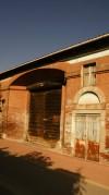 Cascina centrale, ingresso alla già cascina dell'Ospedale di Carità. Fotografia di Edoardo Vigo, 2012.