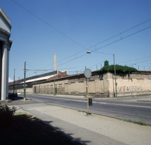Il muro perimetrale dello stabilimento Valdocco sull'angolo tra via Livorno e via Ceva; sulla sinistra si intravede la Chiesa delle Stimmate. Fotografia di Filippo Gallino per la Città di Torino, maggio 1999.
