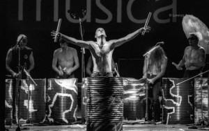 SettembreMusica 1996, I Tamburi del Bronx nel Cortile delle Feste, Portici del Lingotto. Fotografia di Lorenzo Avico, 14.09.2004. Archivio fotografico MITO SettembreMusica - Archivio storico della città di Torino