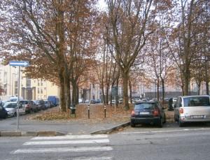 Il fronte su via Bioglio in una fotografia recente scattata pressappoco dallo stesso punto di quella del 1973. Lo stabilimento è sostituito da edifici residenziali, si notino gli stessi alberi del giardino dopo quasi 40 anni. Fotografia di Giuseppe Beraudo, 2011