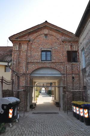 Particolare ingresso al cortile interno della cascina Barolo. Fotografia di Ilenia Zappavigna, 2012.