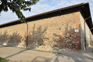 Perticolare del muro perimetrale ovest della cascina Marchesa. Fotografia di Ilenia Zappavigna, 2012.