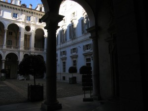 Via della Consolata 1 bis. Cortile del palazzo Saluzzo Paesana con infisse due palle di cannone sulla facciata nord. Fotografia di Fabrizio Zannoni, 2010.