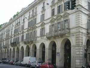 Edificio a uso abitazione e negozi in via Po 32