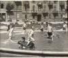I ragazzi si rinfrescano nel laghetto della fontana in Piazza Benefica luglio 1946