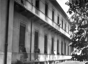 La visita dei parenti ai ricoverati del padiglione Denis. Fine anni Trenta. Archivio Storico Relazioni Esterne ASL TO1.