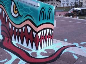 Autore non identificato, Drago verde, 2015, muretto di  piazza Valdo Fusi, Centro storico