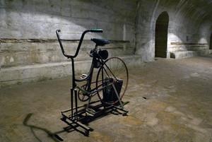 Dinamo a pedali all'interno del rifugio antiaereo di piazza Risorgimento. Fotografia di Bruna Biamino, 2010. © MuseoTorino