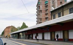 """Quartiere popolare Q16 """"Vittorio Veneto"""" con supermercato. Fotografia di Luca Davico, 2015"""