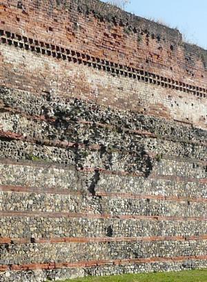 Soprelevazione medievale del muro antico, © Soprintendenza per i Beni Archeologici del Piemonte e del Museo Antichità Egizie.