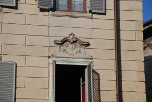 Via Foroni, particolare della decorazione dei sovra porte. Fotografia di Giuseppe Beraudo, 2011.