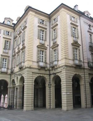 Piazza Palazzo di Città. Proietto murato sul fabbricato a nord dell'imbocco di via Palazzo di Città. Fotografia di Fabrizio Zannoni, 2010.