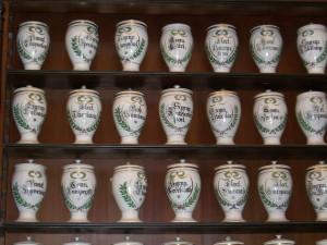Farmacia Dott. Portis, particolare dei vasi in porcellana dipinta © Farmacia Dott. Portis