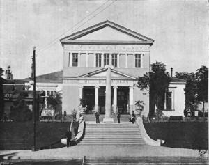 Colonna cinquantenario dello Statuto Albertino, davanti al padiglione della seta dell'Esposizione del 1898.