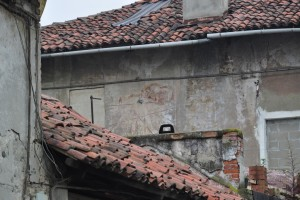 Dettaglio di un orologio solare su uno dei muri interni della cascina Bellacomba. Fotografia di Edoardo Vigo, 2012.