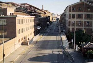 Veduta del Ponte Amedeo IX nel 1994 quando era in parte coperto dal vicino capannone delle Ferriere -Teksid, costruito a cavallo della Dora e ora non più esistente. (inAngía Sassi Perino, Giorgio Faraggiana, 2002, p. 133.