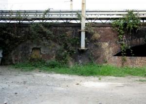 Il ponte ferroviario che scavalca il Canale del Martinetto o Canale dei Molassi in corso Principe Oddone prima della demolizione della massicciata.