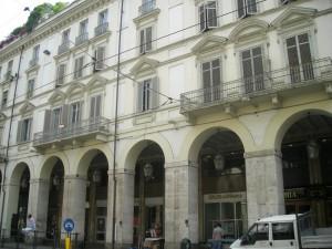 Edificio a uso abitazione e negozi in via Po 38