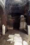 Colonne di età romana e frammenti di sarcofago riutilizzati nella cripta romanica. ©Soprintendenza per i Beni Archeologici del Piemonte e del Museo Antichità Egizie