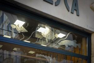 Majerna, armeria, particolare dei vetri sabbiati della vetrina, 2017 © Archivio Storico della Città di Torino