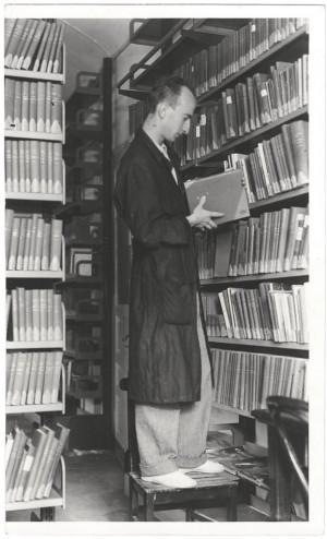 Bibliotecario al lavoro nel Giardino di lettura Alberto Geisser