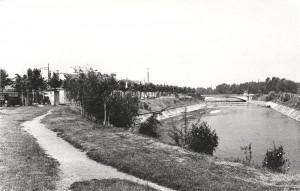 Fiume Dora Riparia e il ponte Emanuele Filiberto di via Fontanesi. Fotografia degli anni Cinquanta © Archivio Storico della Città di Torino