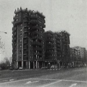 Le Torri Pitagora di Jaretti e Luzi, 1964-65. Fotografia tratta da: Beni culturali ambientali nel Comune di Torino, 1984, p. 482.