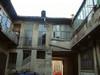 Casa coniugi Chiavazza, cortile: l'ingresso da via Tesso. Fotografia di Roberto Orlandini.