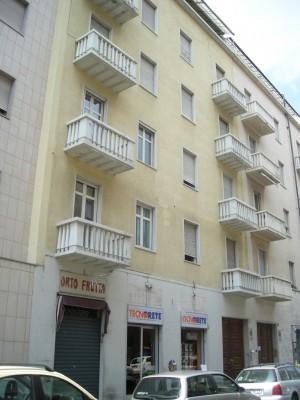 Edificio a uso abitazione e negozi in via Carlo Capelli 33