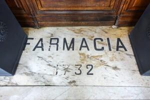 Farmacia degli Stemmi, già Alleanza Cooperativa Torinese N. 7, particolare della soglia con data, 2017 © Archivio Storico della Città di Torino
