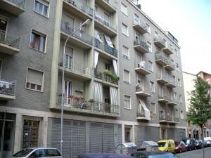 Edificio a uso abitazione, negozi e magazzini in via Aosta 15
