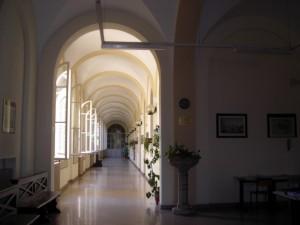 """Corridoio prospiciente l'ufficio del direttore dell'Istituto """"Vera e Libero Arduino"""". Fotografia di Silvia Bertelli."""
